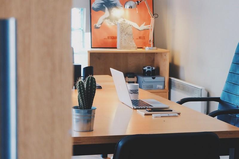 Egy okos asztal, ami felállít, ha túl sokat ültél